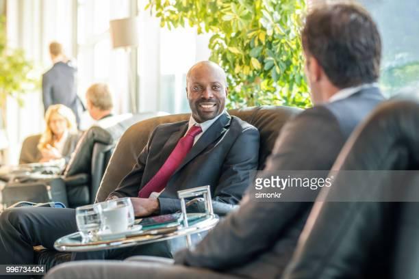 空港で椅子に座ってのビジネスマン