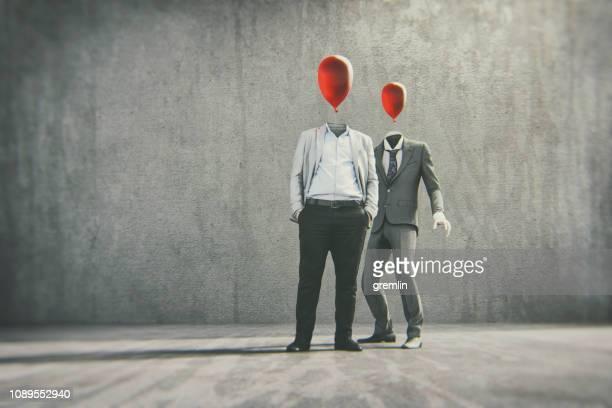 zakenlieden permanent op straat - ijdel stockfoto's en -beelden