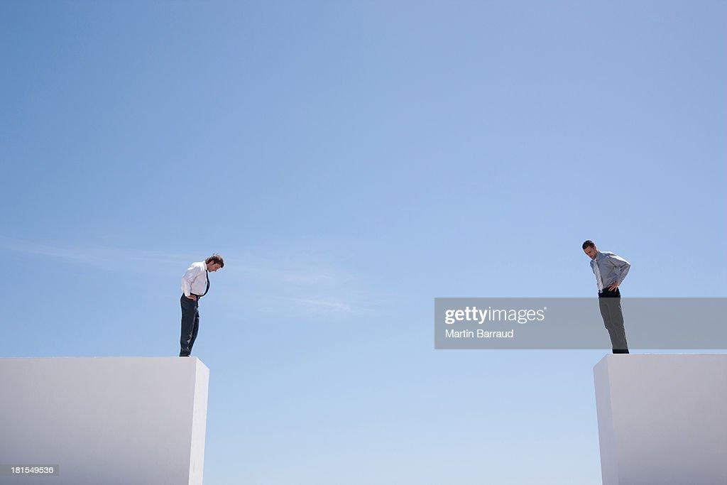 ビジネスマンの上に立つ壁ふさぎこむ : ストックフォト
