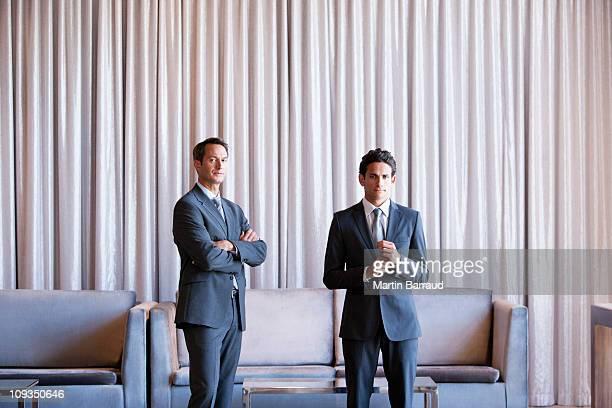 ビジネスマン、一緒に立つホテルのロビー - 2人 ストックフォトと画像