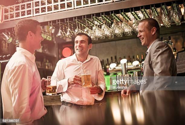 Geschäftsleute sprechen in einer bar.