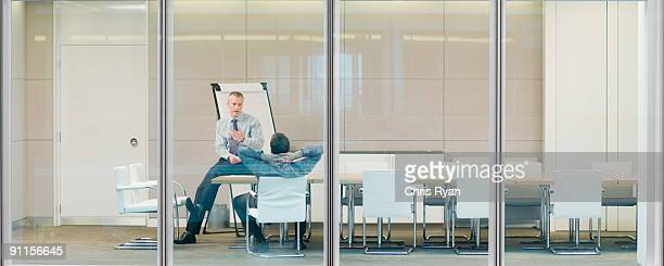 Empresarios hablando en la sala de conferencias