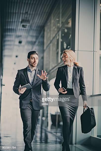 で会話をするビジネスマンオフィスの廊下