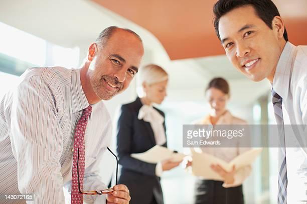 オフィスで会話をするビジネスマン