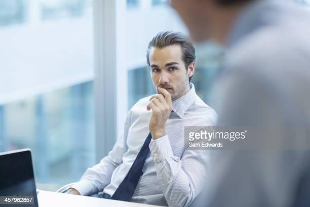 Hommes d'affaires parler dans le bureau