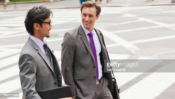 街の通りに会話をするビジネスマン
