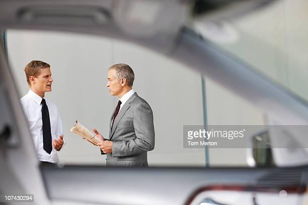 Geschäftsleute sprechen im Freien