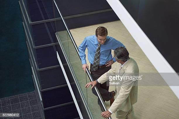 businessmen talking - mezzanine photos et images de collection