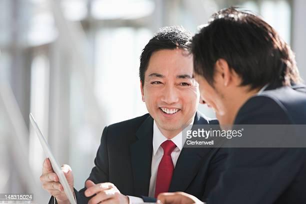 Geschäftsleute mit digitalen tablet in Treffen