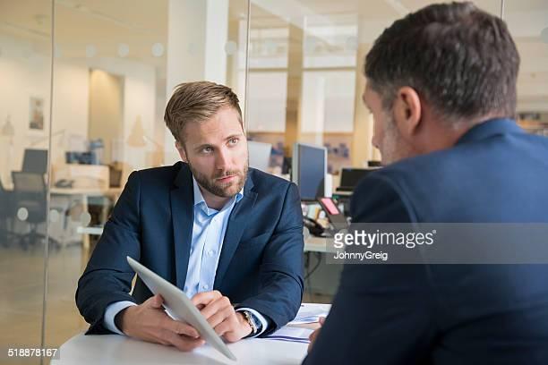 Geschäftsleute mit digitalen Tablet im Büro