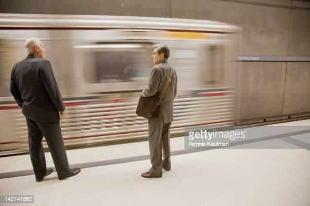 businessmen waiting on subway platform - trem do metrô - fotografias e filmes do acervo