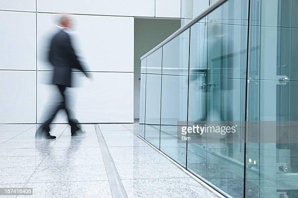 pessoas de negócios andando em um interior moderno - movimento desfocado - fotografias e filmes do acervo