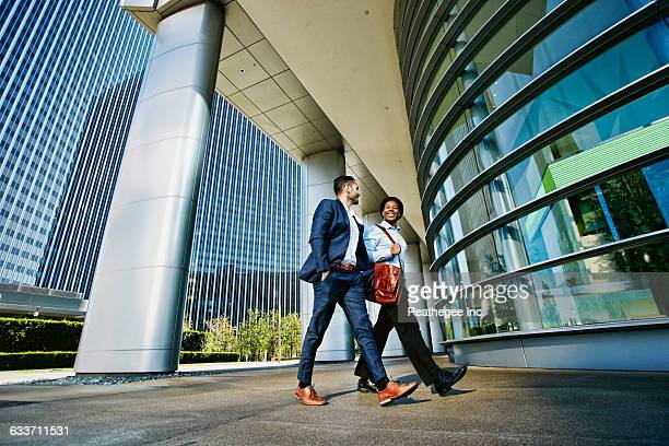 businessmen walking outside office building - gemeinsam gehen stock-fotos und bilder
