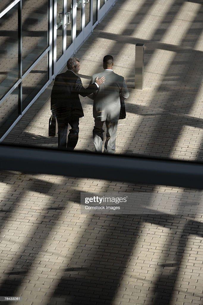 Businessmen walking : Stockfoto