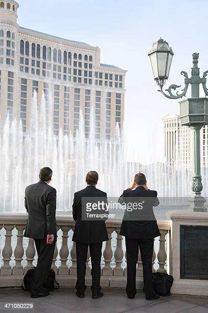 Geschäftsleute vor Fountain Display