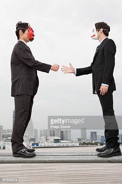 empresarios lleva máscaras de un juego - disfraz de diablo fotografías e imágenes de stock