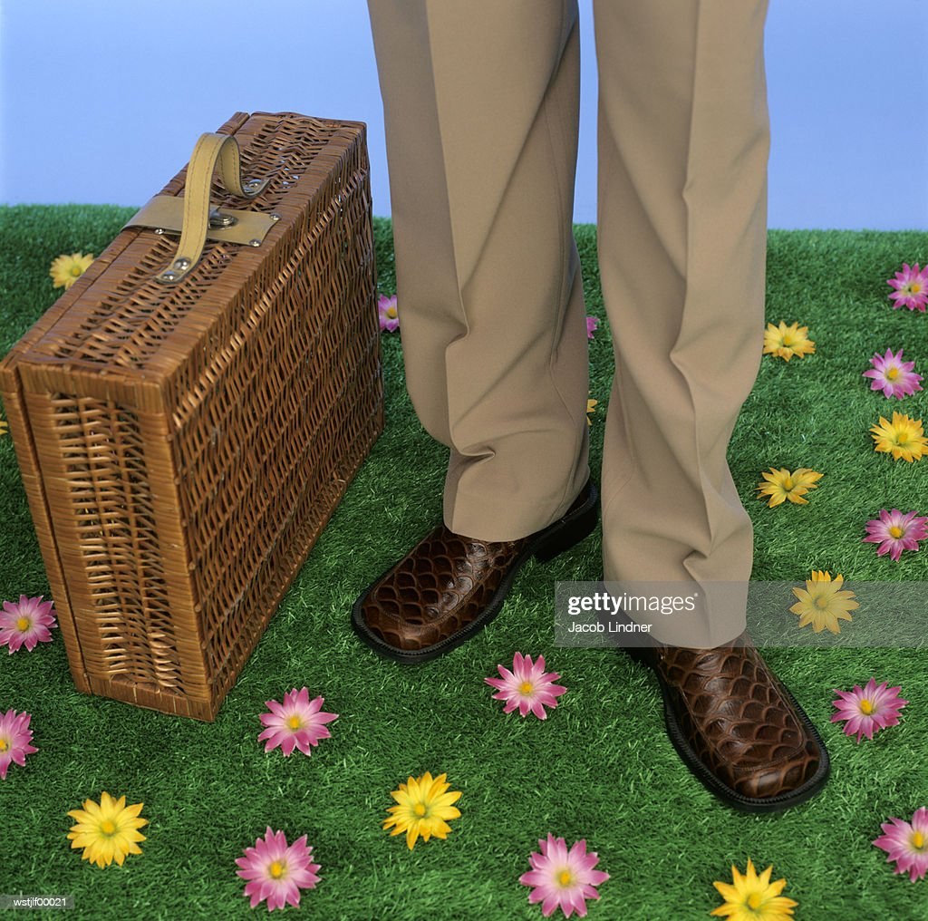 Businessmen with briefcase, low section : Stockfoto