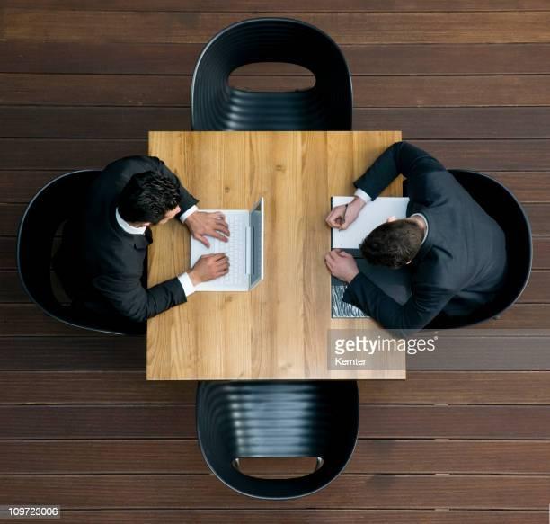 ビジネスマンの作業の高角度のビュー