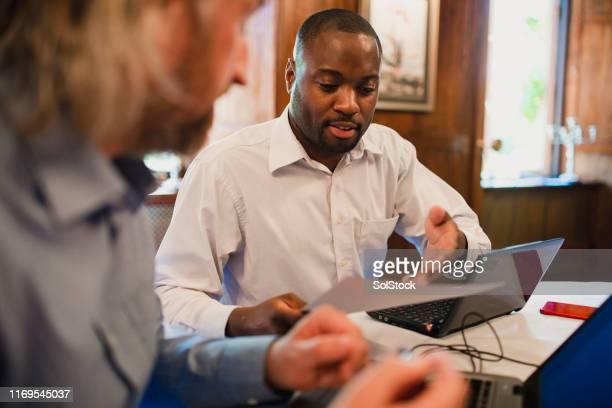 geschäftsleute, die in einem hotel arbeiten - thinking outside the box englische redewendung stock-fotos und bilder