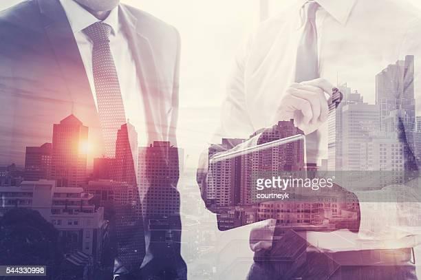 Hommes d'affaires travaillant sur une tablette numérique.