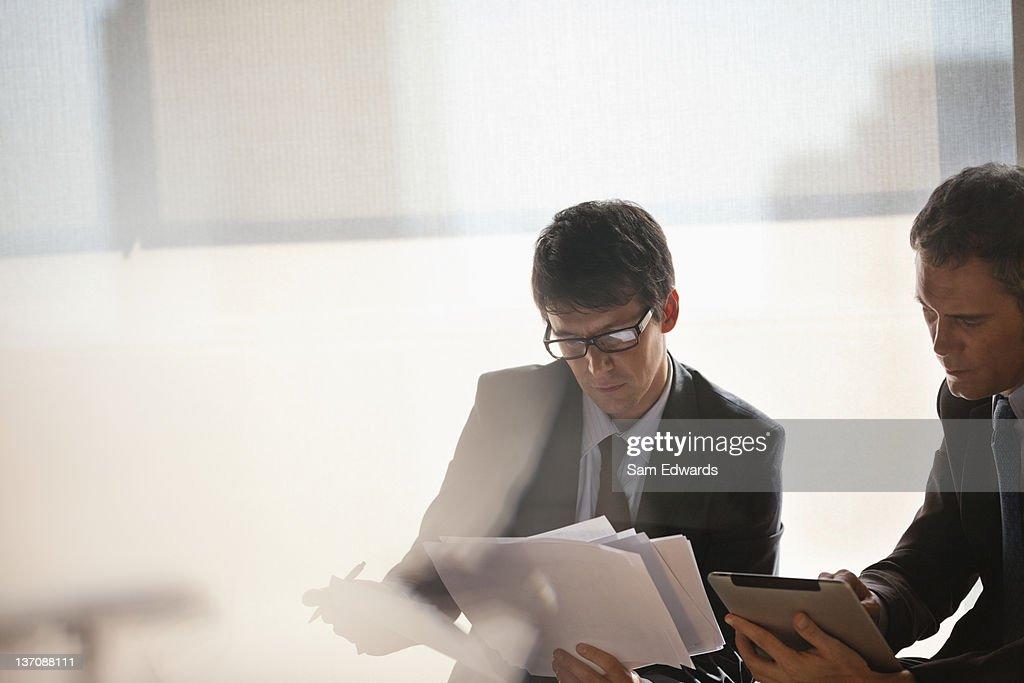Empresário trabalhando em conjunto : Foto de stock