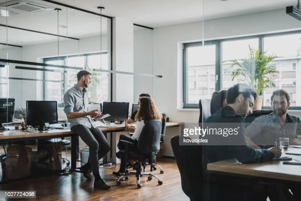 businesspeople at work - cool imagens e fotografias de stock