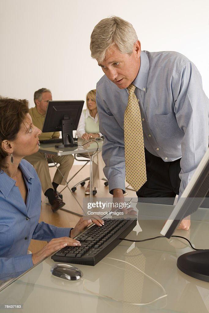 Businesspeople conversing by computer : Stockfoto