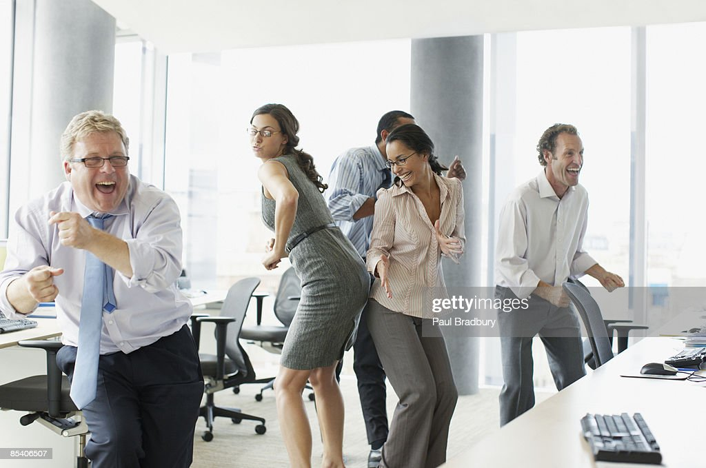 Geschäftsleute Tanzen im Büro : Stock-Foto