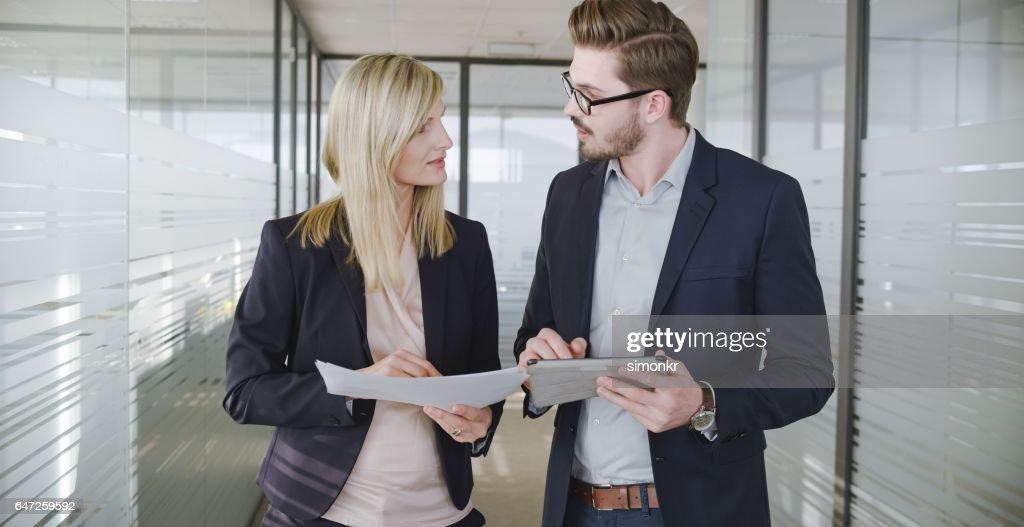 Empresarios hablando en la oficina : Foto de stock