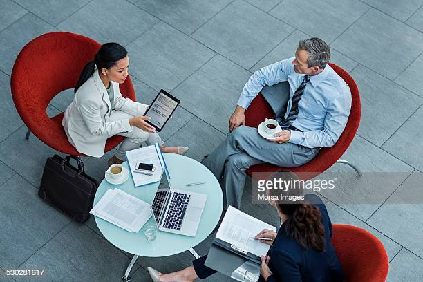 businesspeople discussing strategy in office - rot stock-fotos und bilder