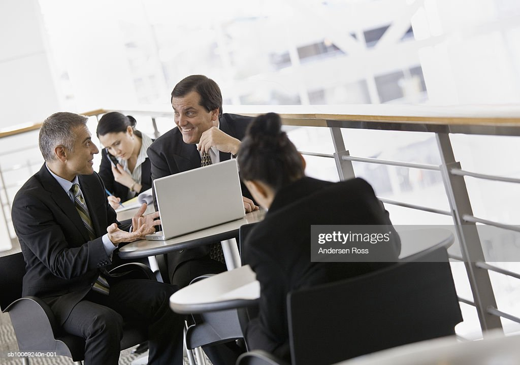 Businesspeople discussing with laptop : Stockfoto