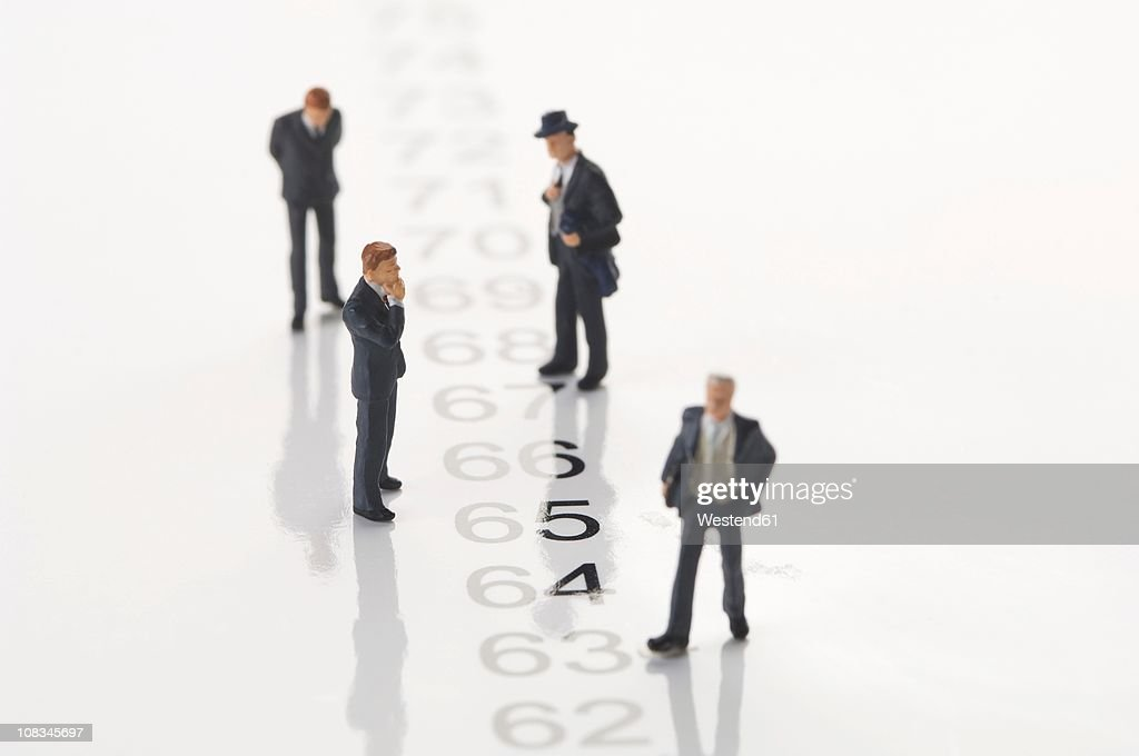 Businesspeople figurine standing by row of numbers : ストックフォト