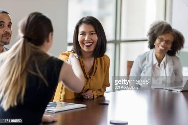ビジネスマンが互いに挨拶し合う - 運営委員会 ストックフォトと画像