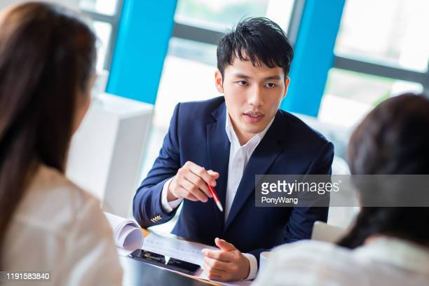 ビジネスマンは会議を持っている - インタビュー ストックフォトと画像