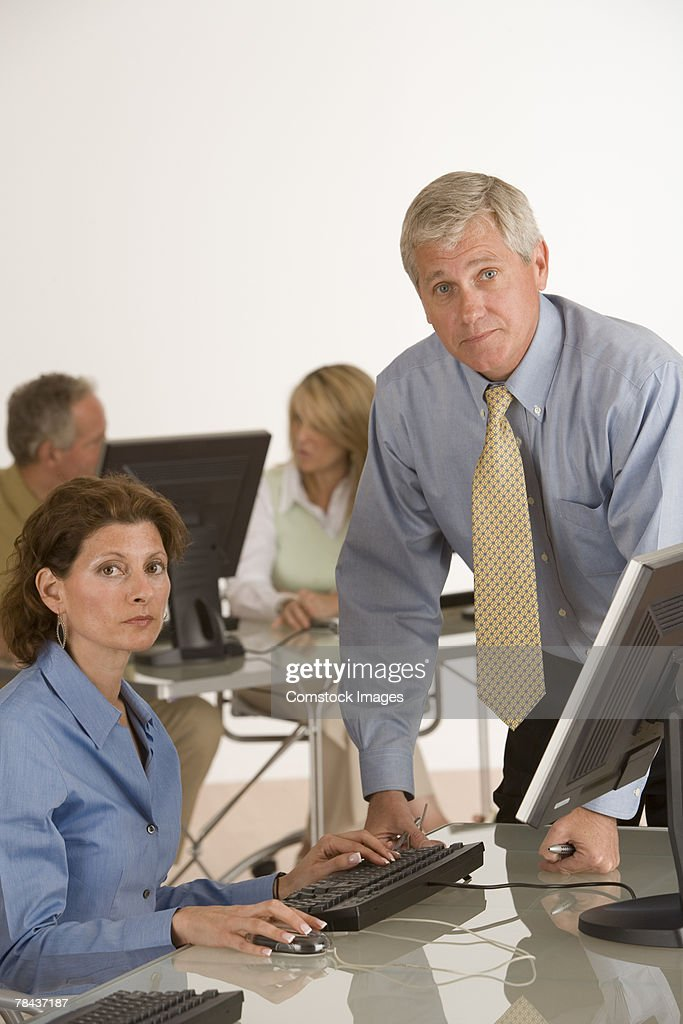 Businesspeople having a conversation : Stockfoto
