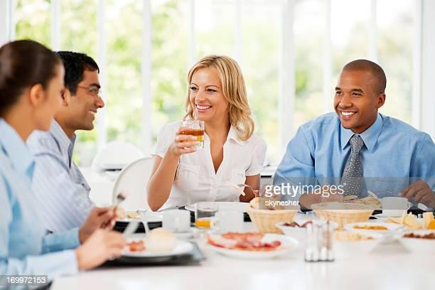 Hommes d'affaires ayant une pause déjeuner