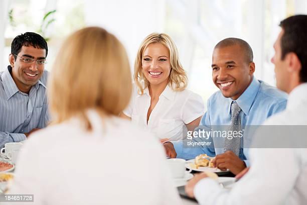 Hommes d'affaires ayant une pause déjeuner.