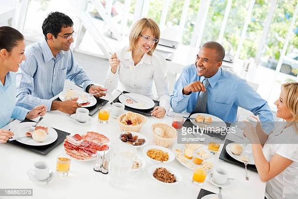 Geschäftsleute haben eine Mittagspause.