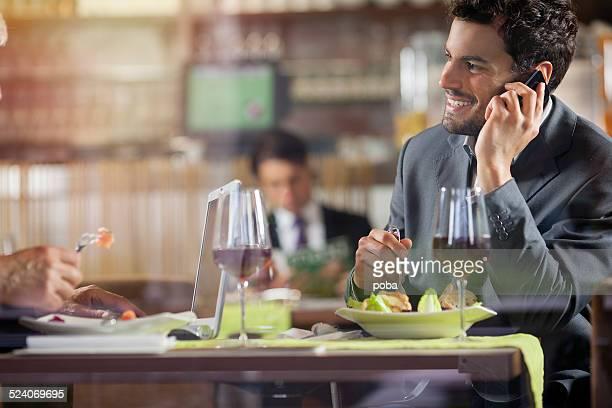 Geschäftsleute, die ein Mittagessen im restaurant