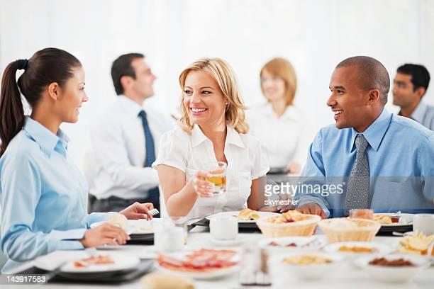 ビジネスマンが昼食をお楽しみいただけます。