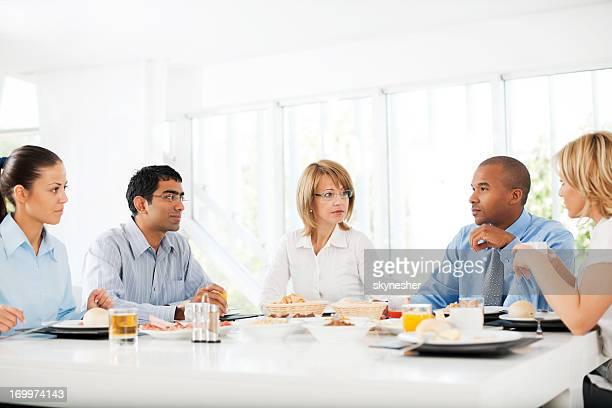 Hommes d'affaires après avoir déjeuner à l'intérieur.