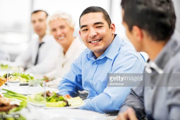 Hommes d'affaires ayant déjeuner