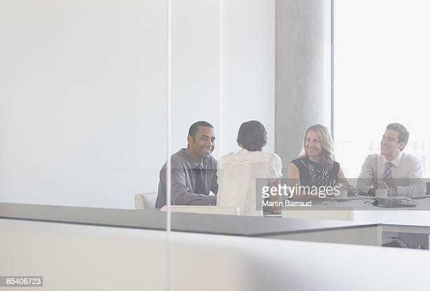 Hommes d'affaires ayant réunion dans la salle de conférence