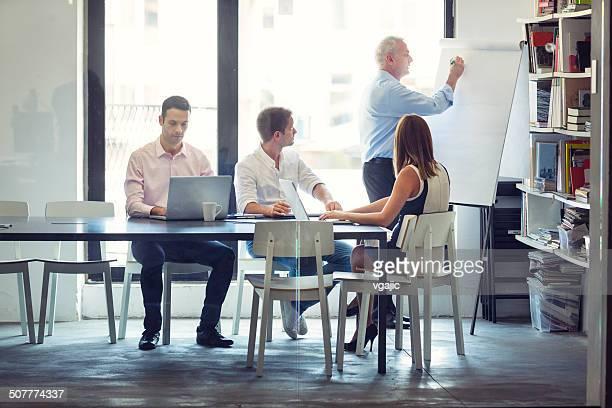 Empresários com reunião no escritório.