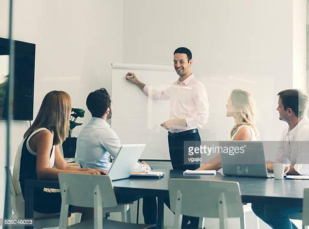 Empresarios con reunión en la oficina.