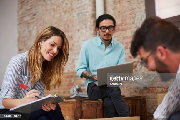 empresários em uma reunião, fazer o inventário. - controle de qualidade - fotografias e filmes do acervo