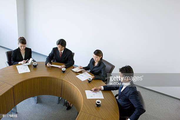 businesspeople in meeting, high angle view - nur japaner stock-fotos und bilder