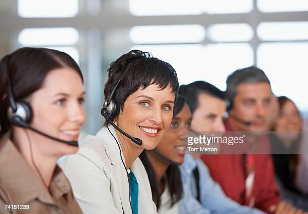 Hommes d'affaires en réunion avec services de traduction