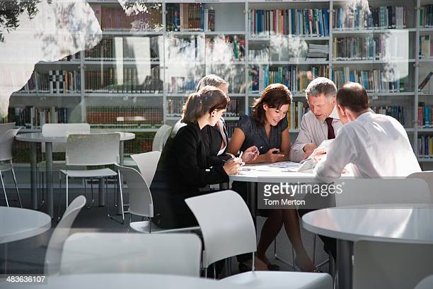 businesspeople in office meeting - culturen stockfoto's en -beelden