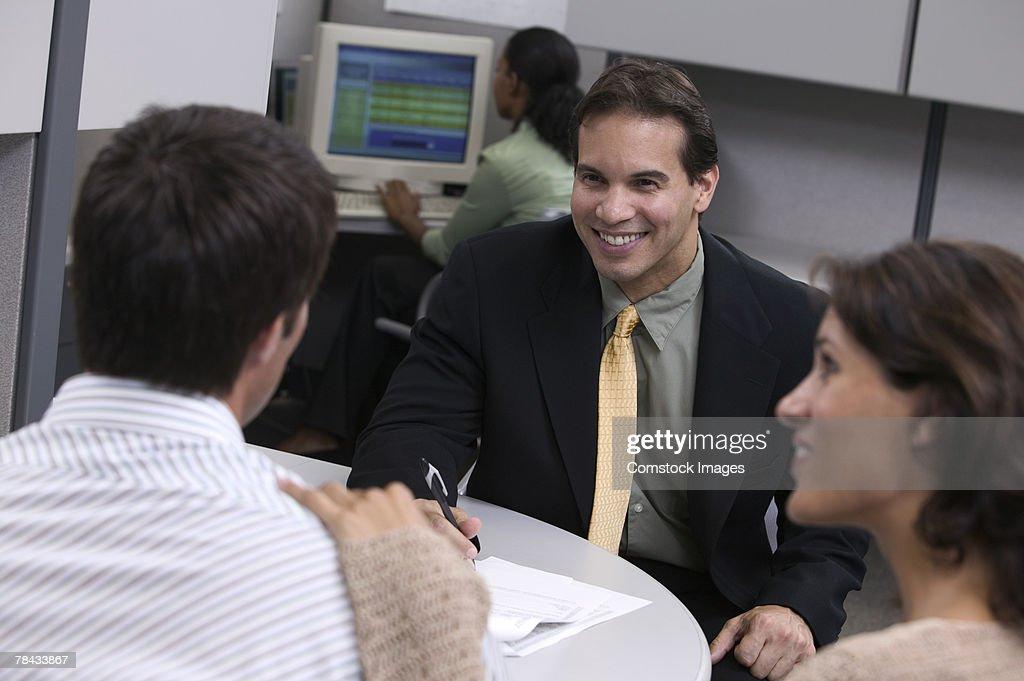 Businesspeople in office talking : Stockfoto